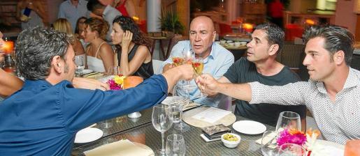 'Labi', Fernando Hierro, David Bustamante y Sergio Denia, de espaldas, brindan en la cena de amigos celebrada en Ocean Beach.
