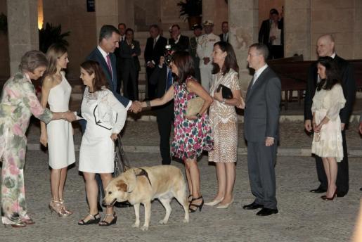 Un grupo de la ONCE saluda a los Reyes y a doña Sofía en la recepción de 2014.