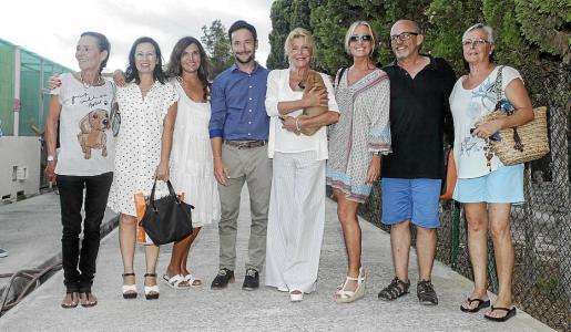 Foto de familia de la baronesa con los representates municipales y el personal de la fundación.