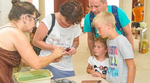 Todos los viernes, de 11.00 a 17.00 horas, los visitantes que se animen a subir hasta el barrio de sa Penya podrán disfrutar de talleres participativos. Foto: TONI ESCOBAR
