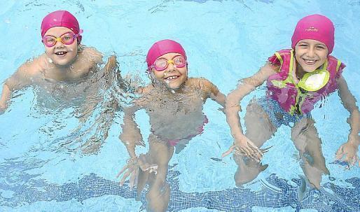 Niños de todas las edades participaron en una intensa jornada de juegos en torno a la piscina del polideportivo municipal de Santa Eulària. Foto: ARGUIÑE ESCANDÓN