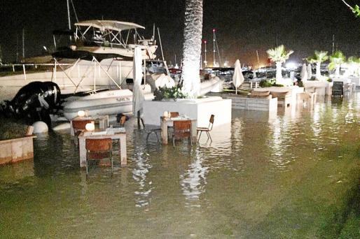 Terraza acuática. El agua inundó el espacio que ocupan las mesas de una cafetería.