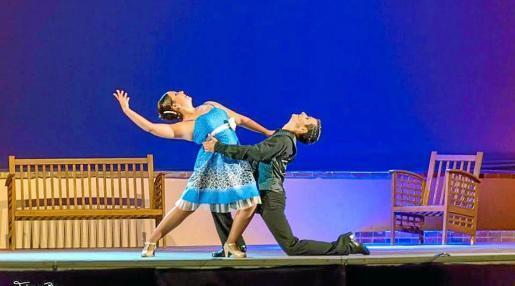 Adrián Pineda y los bailarines y actores que forman parte de su compañía dejaron el martes por la noche una representación para el recuerdo en el Parque Reina Sofía de Vila con una magnífica puesta en escena de su musical 'Cántame como pasó'. Foto: PEPE PÉREZ