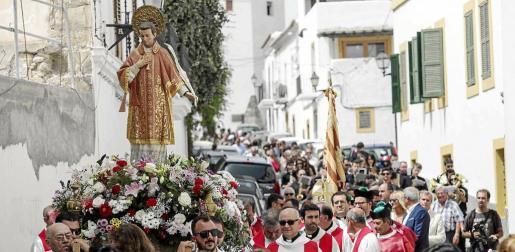 La procesión descendió por las estrechas calles de Dalt Vila.