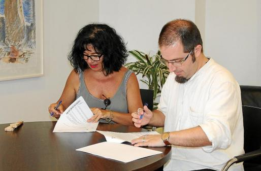 El concejal de Cultura, Pep Tur, y la representante del GAT firman el convenio de colaboración.