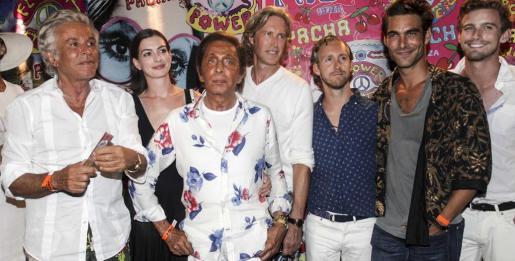 Anne Hathaway con Giancarlo Giametti, Valentino (centro), Jon Kortajarena (segundo por la izquierda) y amigos.