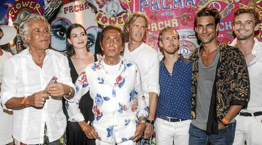 Anne Hathaway, con Giancarlo Giametti, Valentino –en el centro–, Jon Kortajarena –segundo por la izquierda– y amigos.