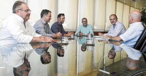 El presidente del Consell, Vicent Torres, y los cinco alcaldes de la isla en la reunión mantenida ayer en el edificio de la institución insular.