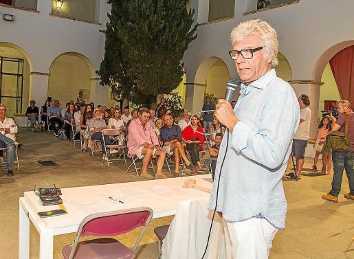 Los asistentes se lo pasaron en grande con los comentarios humorístico de Carles Sans, que amenizó la noche y animó a los compradores a pujar. Foto: TONI ESCOBAR