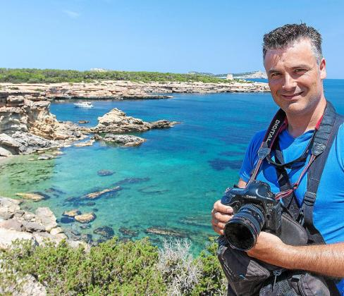 Miguel Ángel Álvarez, cámara en mano, en una de las calas ibicencas que ha mostrado durante semanas.