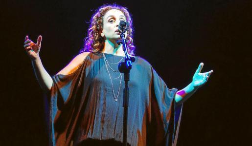 La artista israelí combinó voz y percusiones en algunos de los temas que interpretó ayer.