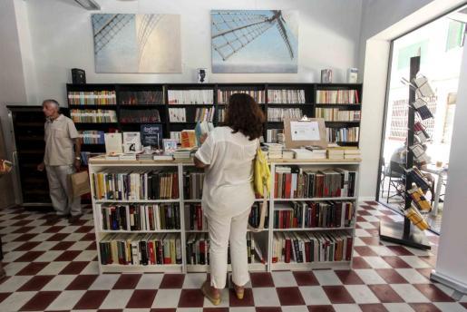 Districte Hipérbole ofrece la posibilidad de que los residentes y turistas de Eivissa puedan acercarse para disfrutar con la lectura mientras consumen algo sentados relajadamente en un sillón. Foto: DANI ESPINOSA