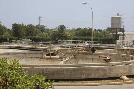 El Ayuntamiento de Santa Eulària es quien se encarga de retirar los lodos de la depuradora. Foto: A.E.