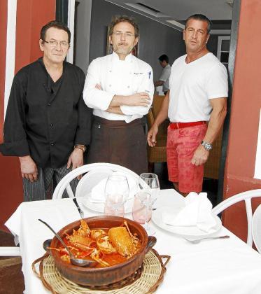 Contreras, Muñoz y Perelló delante de un plato de caldereta.