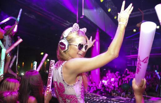 Paris Hilton hace las delicias del público durante la sesión musical. Foto: ARGUIÑE ESCANDÓN