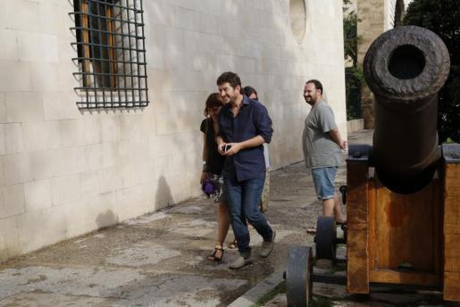 Alberto Jarabo a su llegada la tarde de este martes al Consolat de Mar donde se ha reunido con Francina Armengol y Biel Barceló para tratar la elaboración de los presupuestos de Balears para 2016.
