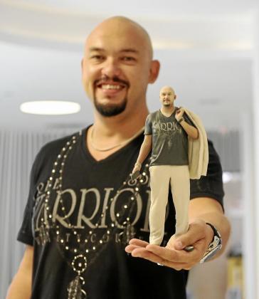 El empresario Simon Yamamoto muestra una réplica de sí mismo obtenida mediante esta nueva tecnología. Foto: ARGUIÑE ESCANDÓN