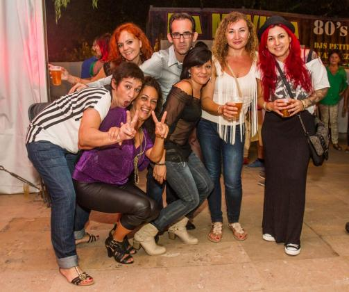 Gente de toda la isla se acercó a Jesús para disfrutar de la música de una de las fiestas que más público atrae de Eivissa: La Movida.