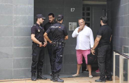 Juan Carlos Pereira en la entrada de los apartamentos junto a miembros de la Policía Nacional. Foto: ARGUIÑE ESCANDÓN