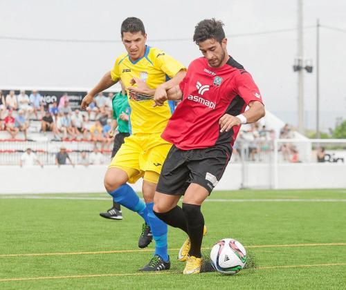 Cristian Sánchez, del Formentera, conduce el balón ante un jugador del Mercadal durante un partido de la presente temporada.