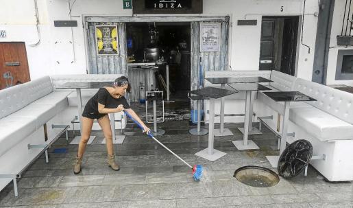 Los bares y restaurantes de la primera línea del puerto estuvieron buena parte de la jornada de ayer achicando agua de sus locales.