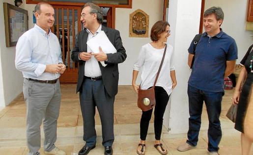 El presidente Jaume Ferrer y la consellera de Educació, Susana Labrador, reciben al conseller Martí March.