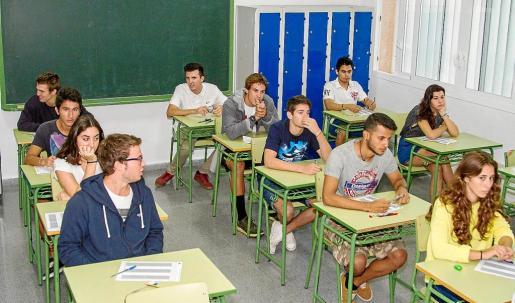 Las escenas de ayer por la mañana en el instituto Sa Colomina de Vila se repite año tras año. Tensión ante el comienzo de las pruebas.