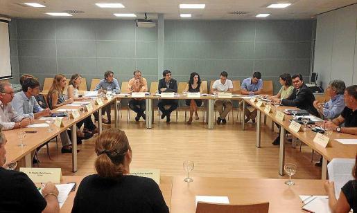 El conseller y los directores generales reunidos en el Consell de Salut Laboral.