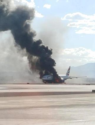 Fotografía cedida vía Twitter por el usuario Bradley Hampton del avión incendiado.
