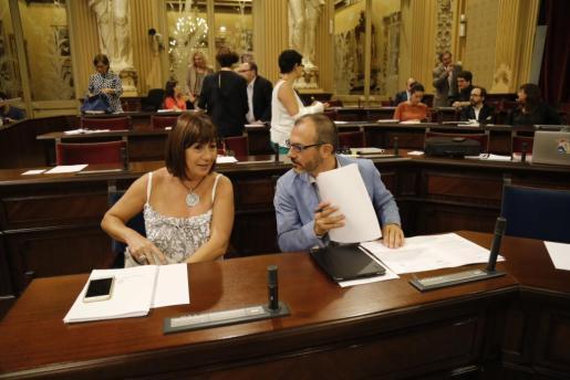Francina Armengol y Biel Barceló, antes de empezar el pleno del Parlament.
