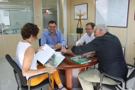 A la reunión han asistido, entre otros, el alcalde de Sant Josep, Josep Marí Ribas, la directora general de Recursos Hídrics, Joana Garau y el gerente de Abaqua, Antoni Garcías.