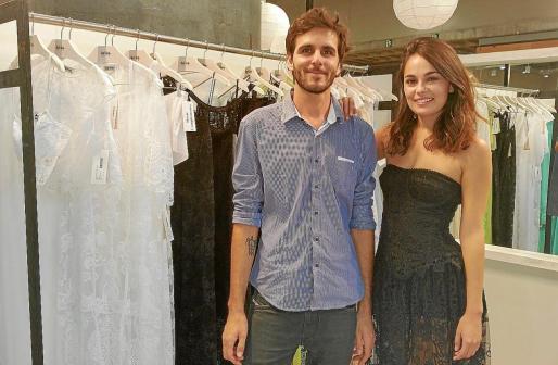 Pablo Recoder, responsable comercial de Charo Ruiz, con una modelo.