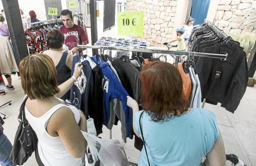 Los visitantes encontraron auténticas gangas en los puestos de la feria, que hoy volverá a abrir sus puertas. Foto: DANIEL ESPINOSA