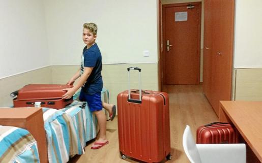 Jonás Souto, en su habitación del Centro de Alto Rendimiento Infanta Cristina de Murcia, listo para deshacer las maletas.