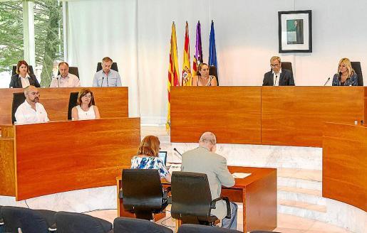 Imagen del pleno del Consell celebrado en julio con el grupo popular a la izquierda.