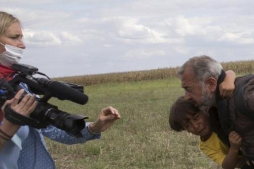 La periodista húngara Pètra Laszlo, junto al padre e hijo zancadilleados por ella mientras cubría la información sobre refugiados sirios.