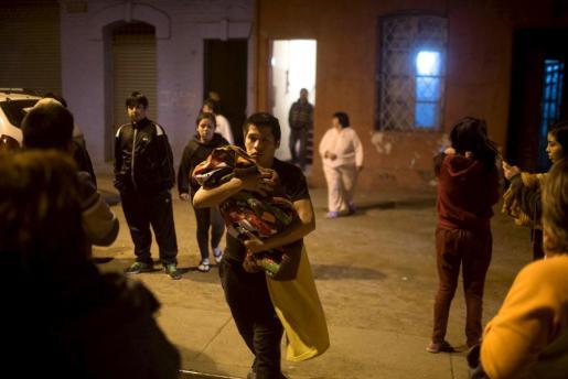 Personas saliendo de sus casa tras el seísmo.