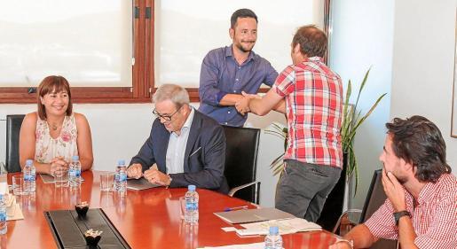 Rafa Ruiz saluda al conseller Miquel Vericad durante la reunión para volver a constituir el Consorci Eivissa Patrimoni, donde participaron Francina Armengol y Vicent Torres.   g Foto: TONI ESCOBAR