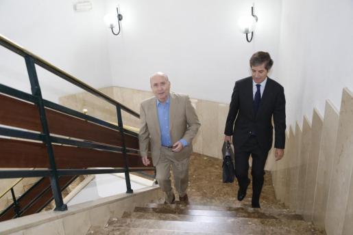 Fernando Areal, subiendo las escaleras de los juzgados junto a su abogado.
