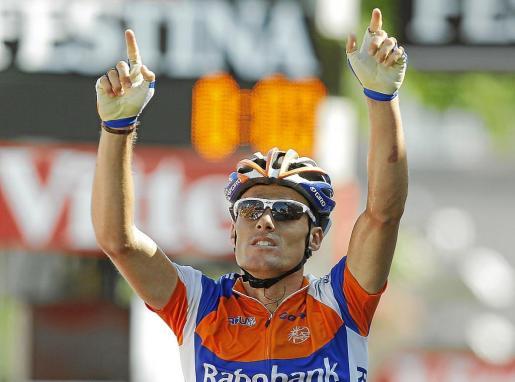 El ciclista celebra el triunfo en la octava etapa del Tour de Francia de 2011.