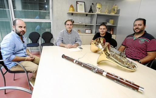 El profesor de fagot Héctor Soler (izquierda); el director del Conservatori, Jaume Manuel Ribas, y, a la derecha, los dos profesores de trompa.