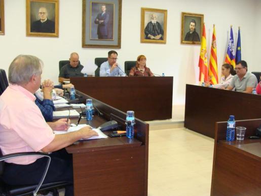 El alcalde de Sant Josep, Josep Marí 'Agustinet', interviene en un momento del pleno celebrado ayer por la tarde. Foto: I. SALA