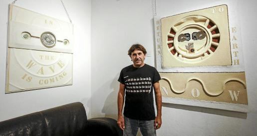 El artista Pep Monerris 'Bagaix' en Can Tixedó junto a algunos de sus cuadros. Foto: DANI ESPINOSA