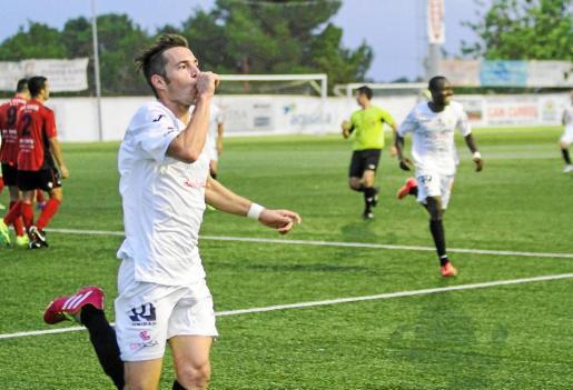 David Camps celebra su gol, que supuso el empate de la Peña Deportiva contra el Formentera en el derbi celebrado anteayer en Santa Eulària.
