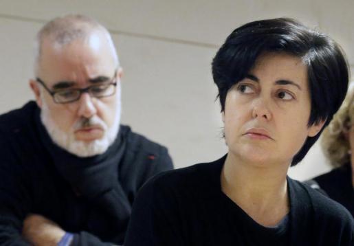 Rosario Porto (d) y Alfonso Basterra (i), los dos principales acusados de la muerte de su hija Asunta Basterra, durante la sesión de la mañana de este martes del juicio que se celebra en Santiago de Compostela.