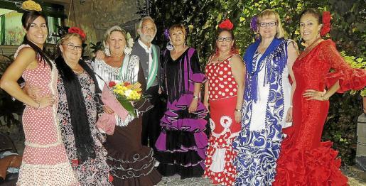 Laura Adame, Remedios Romero; Loli Lupiáñez y Antonio Melchor, ganadores del concurso de trajes andaluces; Margarita Bazar, Antonia Izquierdo, Estrella Domínguez e Isabel Vázquez.