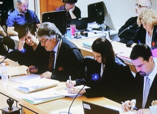 Imagen tomada del circuito cerrado de televisión en el septimo día de juicio por la muerte de la niña compostelana Asunta Basterra, crimen del que únicamente están acusados sus padres, Rosario Porto y Alfonso Basterra.