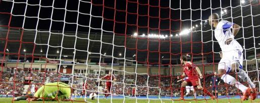 El centrocampista de la selección española de fútbol, Santi Cazorla, marca el primer gol de España ante el portero Joubert de Luxemburgo. Foto: Javier Etxezarreta