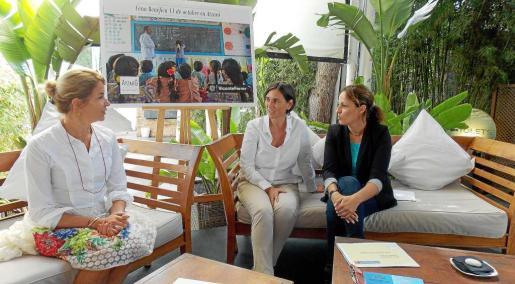 La delegada de la Fundación Vicente Ferrer, Isabel Pizà (en medio), durante la presentación. Foto: I.A.