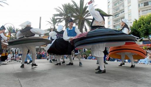 La asociación cultural de los Xustos de Gijón fueron los primeros en subir al escenario. Foto: I. ARAÑÓ